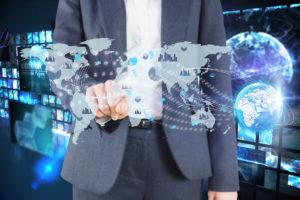 Mann im Anzug mit Weltkarte für internationales Partnernetzwerk von MSR-Electronic